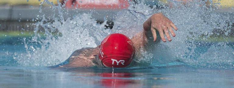 Почему плавая, стоит расслаблять кисть